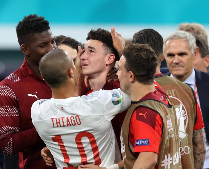 Cầu thủ Thụy Sĩ suy sụp, bật khóc nức nở sau thất bại nghiệt ngã trước Tây Ban Nha - Ảnh 5.