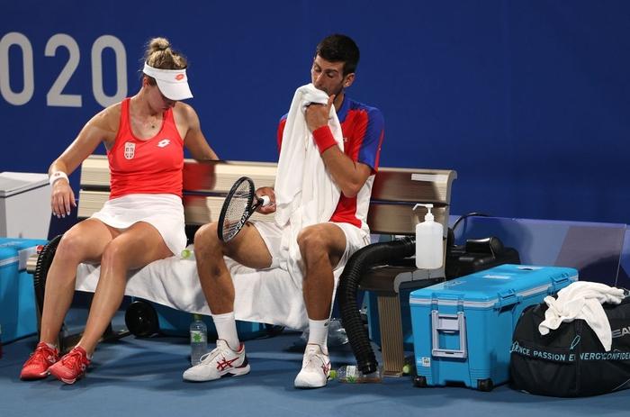 Thua hai trận liên tiếp, Djokovic tan mộng cú đúp vàng chỉ trong một buổi tối - Ảnh 1.
