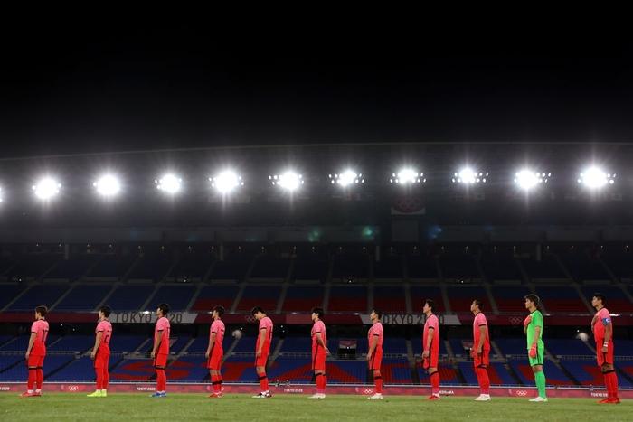 Olympic Hàn Quốc thảm bại 3-6, rơi nước mắt chia tay Thế vận hội Tokyo - ảnh 1