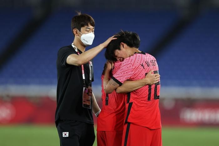 Olympic Hàn Quốc thảm bại 3-6, rơi nước mắt chia tay Thế vận hội Tokyo - ảnh 12