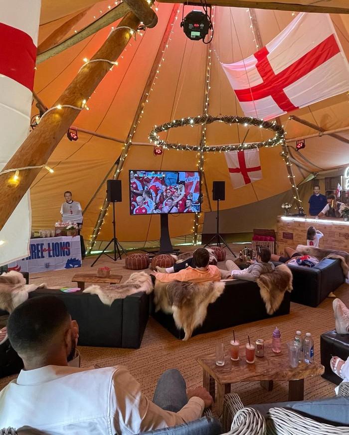 Nàng WAG nhảy tưng tưng, ăn mừng cực sung khi sao MU ghi bàn giúp tuyển Anh vào bán kết Euro - Ảnh 7.