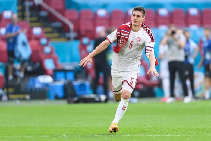 """Bóc info về hậu vệ đang đá """"bay"""" nhất Euro, người vừa tạo dấu ấn bởi siêu phẩm kiến tạo khó tin cho tuyển Đan Mạch - Ảnh 2."""