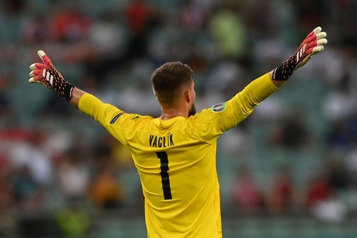 Choáng với chiếc găng tay có hơn 280 chiếc gai của thủ môn tuyển Ý tại Euro 2020 - Ảnh 3.
