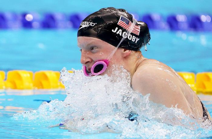 Kình ngư của Mỹ bị mắc kính bơi vào miệng khi tranh tài tại Olympic Tokyo - Ảnh 2.