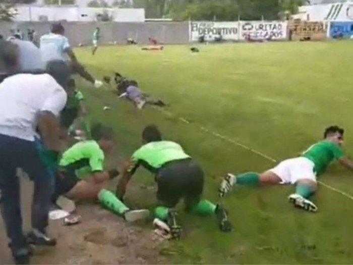 Trận đấu bóng đá đang diễn ra thì một nhóm người lạ mặt bỗng xuất hiện, thảm kịch đau lòng sau đó khiến 3 người thiệt mạng - Ảnh 2.