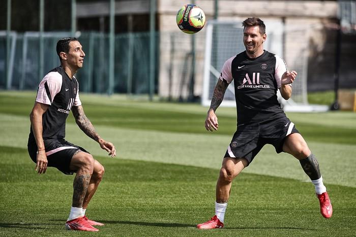 Hàng thật 100% không photoshop: Messi và kẻ thù không đội trời chung ôm nhau thắm thiết, tạo nên bức ảnh gây sốc nhất những ngày này - Ảnh 9.