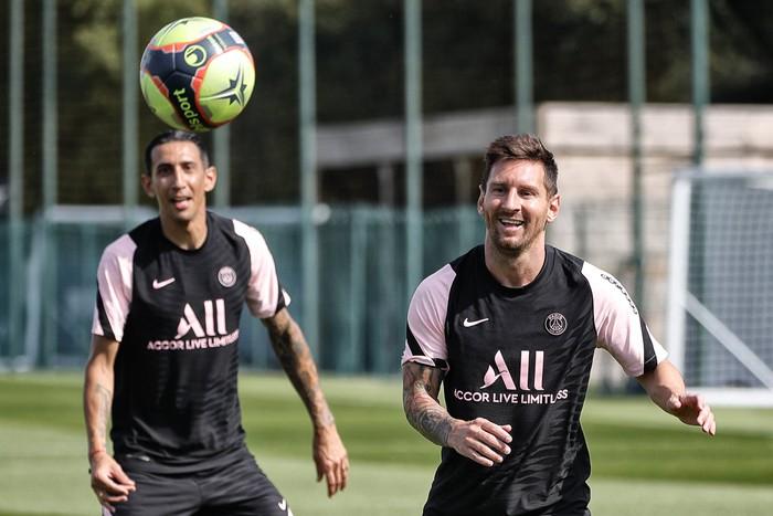 Hàng thật 100% không photoshop: Messi và kẻ thù không đội trời chung ôm nhau thắm thiết, tạo nên bức ảnh gây sốc nhất những ngày này - Ảnh 8.