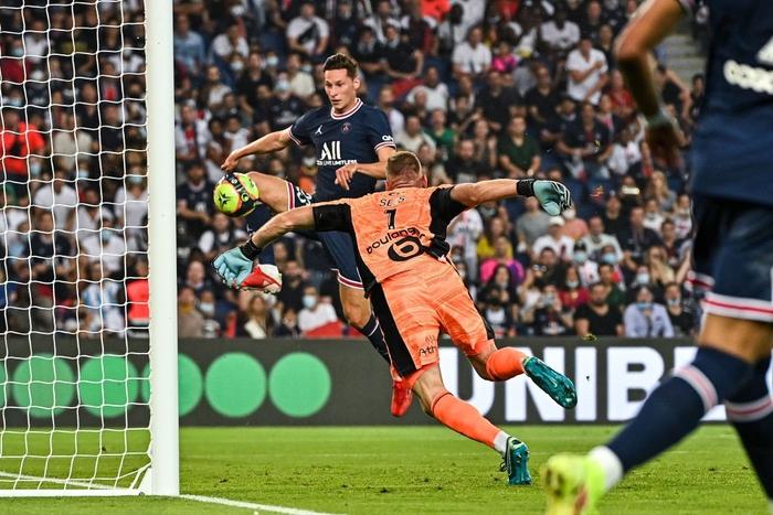 Julian Draxler easily scores PSG's third goal