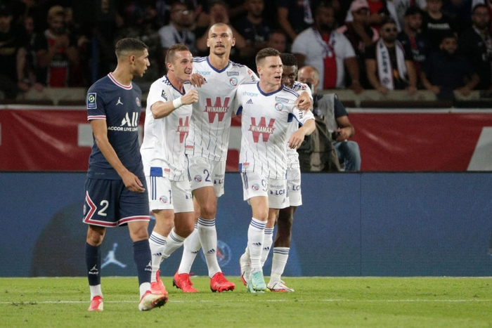 Ludovic Ajorque (white shirt, center) ignited hope with a 2-3 goal for Strasbourg