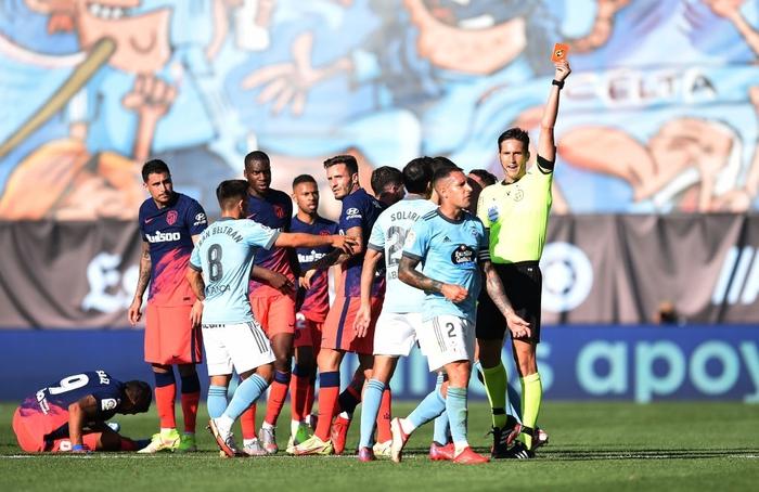 Suarez gián tiếp châm ngòi cho 2 thẻ đỏ trong trận đấu giữa Celta và Atletico
