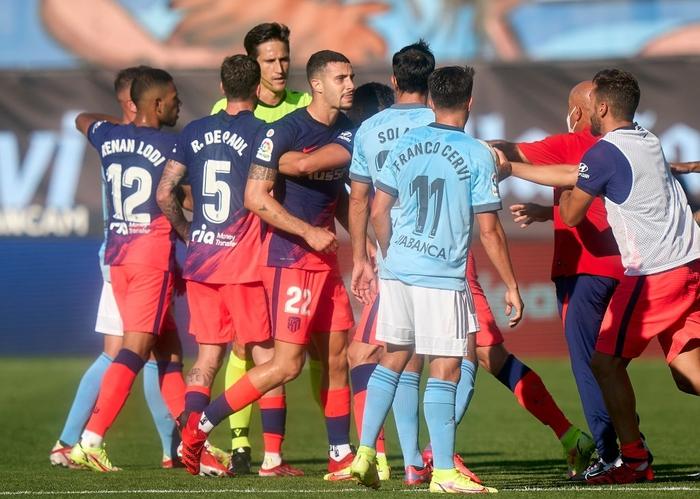 """Suarez gián tiếp """"châm ngòi"""" cho 3 thẻ đỏ trong trận đấu giữa Celta và Atletico - Ảnh 2."""