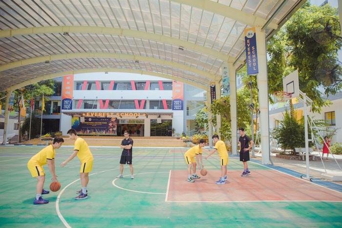 """Xuất hiện trường phổ thông đầu tiên đào tạo bóng rổ chuyên sâu tại Hà Nội: """"Tương lai bóng rổ học đường như Nhật, Hàn đang gần kề?"""" - Ảnh 1."""