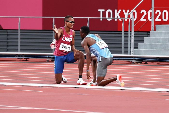 Tự dưng mất oan phần thi vì cú ngã của đối thủ, VĐV Olympic có hành động bất ngờ khiến tất cả cảm phục - Ảnh 4.