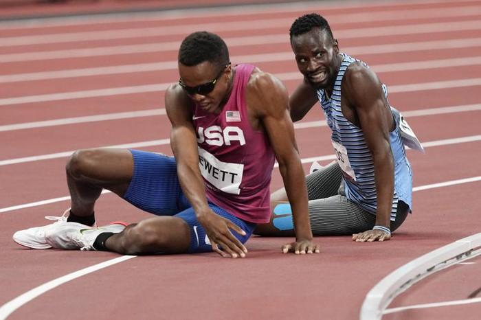 Tự dưng mất oan phần thi vì cú ngã của đối thủ, VĐV Olympic có hành động bất ngờ khiến tất cả cảm phục - Ảnh 3.