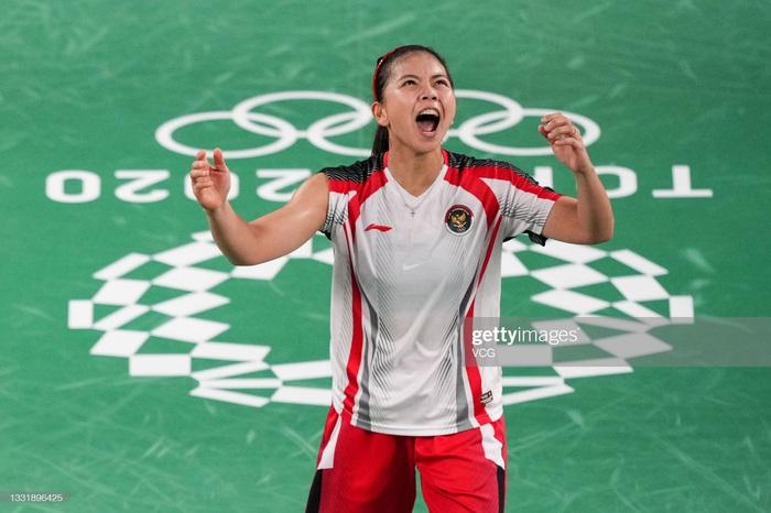 Sau bùng nổ trên sân, cặp đôi HCV Olympic cầu lông của Indonesia cúi người tỏ lòng biết ơn đầy xúc động - Ảnh 5.