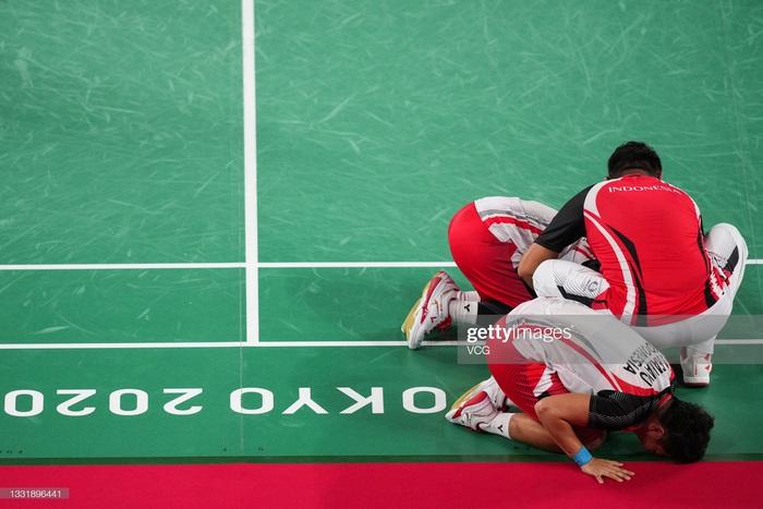 Sau bùng nổ trên sân, cặp đôi HCV Olympic cầu lông của Indonesia cúi người tỏ lòng biết ơn đầy xúc động - Ảnh 4.