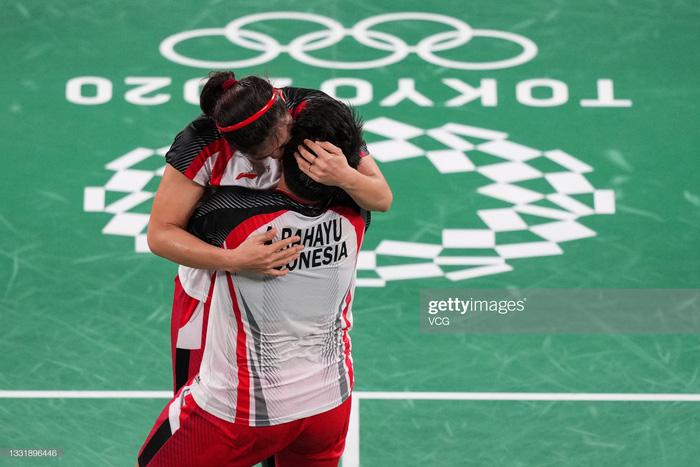 Sau bùng nổ trên sân, cặp đôi HCV Olympic cầu lông của Indonesia cúi người tỏ lòng biết ơn đầy xúc động - Ảnh 2.