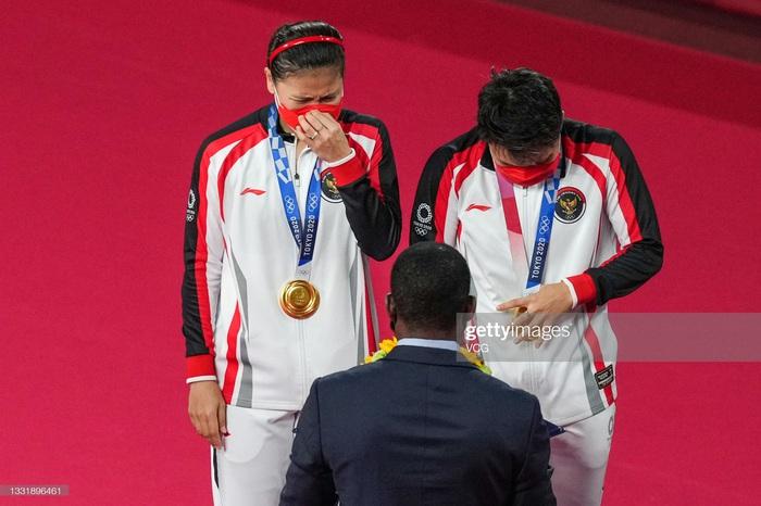 Sau bùng nổ trên sân, cặp đôi HCV Olympic cầu lông của Indonesia cúi người tỏ lòng biết ơn đầy xúc động - Ảnh 6.