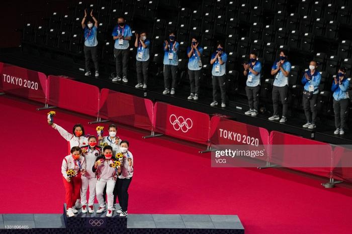 Sau bùng nổ trên sân, cặp đôi HCV Olympic cầu lông của Indonesia cúi người tỏ lòng biết ơn đầy xúc động - Ảnh 7.
