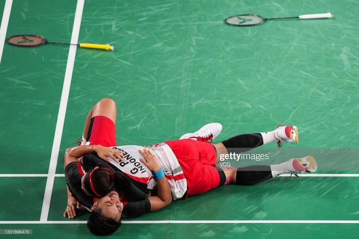 Sau bùng nổ trên sân, cặp đôi HCV Olympic cầu lông của Indonesia cúi người tỏ lòng biết ơn đầy xúc động - Ảnh 3.