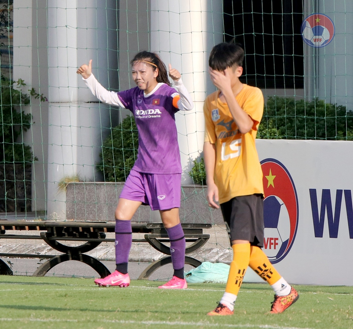 Huỳnh Như ghi bàn, tuyển nữ Việt Nam vẫn để thua U15 nam Futsal trong trận tái đấu - Ảnh 1.
