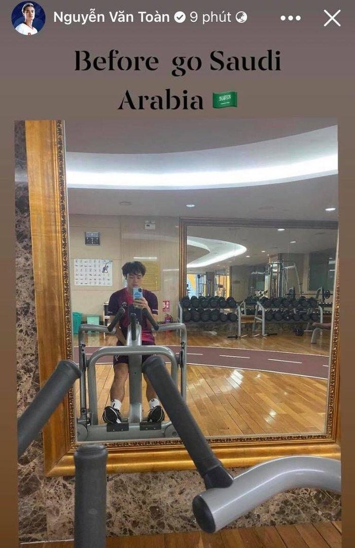ĐT Việt Nam trước giờ sang Saudi Arabia: Văn Toàn miệt mài tròng gym, Duy Mạnh khoe body hút mắt - Ảnh 1.