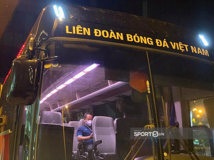Cập nhật ĐT Việt Nam lên đường sang Saudi Arabia: Xe di chuyển hướng về sân bay - Ảnh 5.