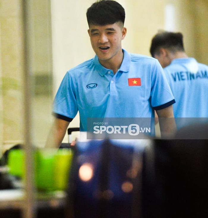 Cập nhật ĐT Việt Nam trước giờ sang Saudi Arabia: Cầu thủ đeo mũ bảo hộ ngừa Covid - Ảnh 7.