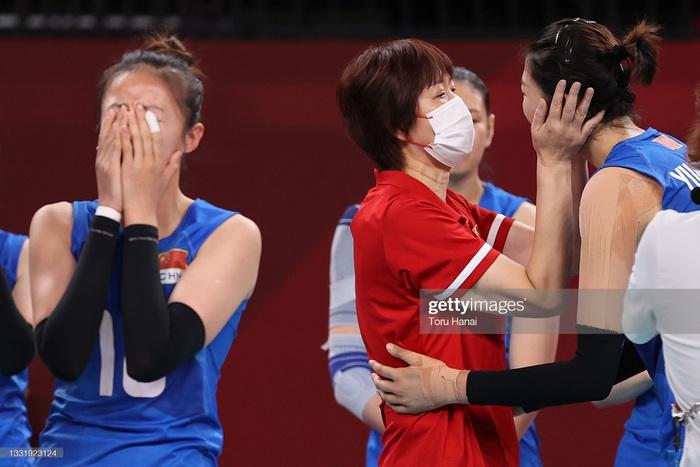 VĐV Trung Quốc khóc như mưa, cúi rạp người chia tay HLV huyền thoại ở Olympic Tokyo 2020 - Ảnh 4.