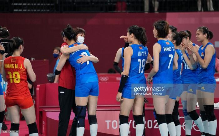 VĐV Trung Quốc khóc như mưa, cúi rạp người chia tay HLV huyền thoại ở Olympic Tokyo 2020 - Ảnh 3.