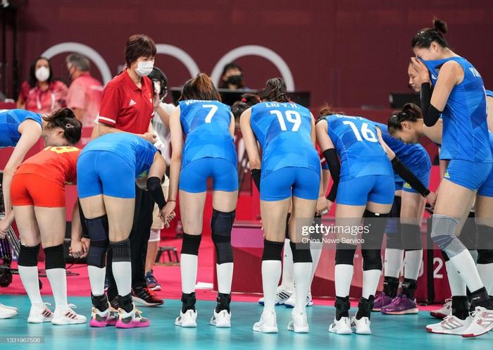 VĐV Trung Quốc khóc như mưa, cúi rạp người chia tay HLV huyền thoại ở Olympic Tokyo 2020 - Ảnh 2.