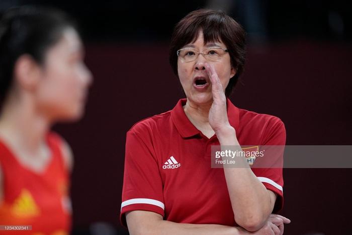 VĐV Trung Quốc khóc như mưa, cúi rạp người chia tay HLV huyền thoại ở Olympic Tokyo 2020 - Ảnh 1.