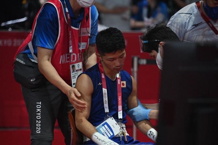 Võ sĩ Nhật Bản vẫn giành chiến thắng tại Olympic Tokyo dù bị đấm đến suýt chết, phải rời nhà thi đấu trên xe lăn - Ảnh 1.