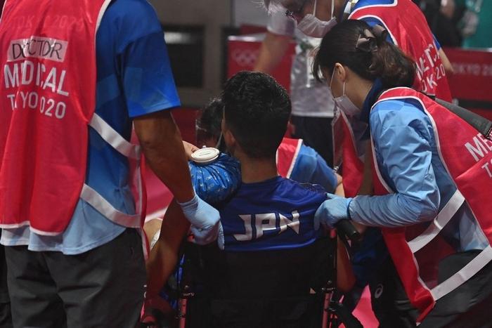 Võ sĩ Nhật Bản vẫn giành chiến thắng tại Olympic Tokyo dù bị đấm đến suýt chết, phải rời nhà thi đấu trên xe lăn - Ảnh 2.