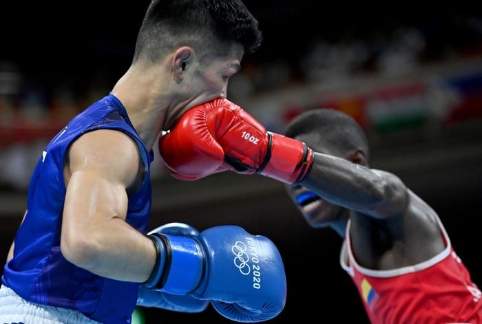Võ sĩ Nhật Bản vẫn giành chiến thắng tại Olympic Tokyo dù bị đấm đến suýt chết, phải rời nhà thi đấu trên xe lăn - Ảnh 4.