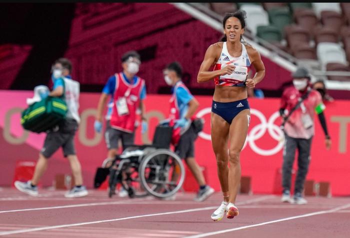 Xúc động khoảnh khắc nữ VĐV nén đau hoàn tất phần thi tại Olympic - Ảnh 6.