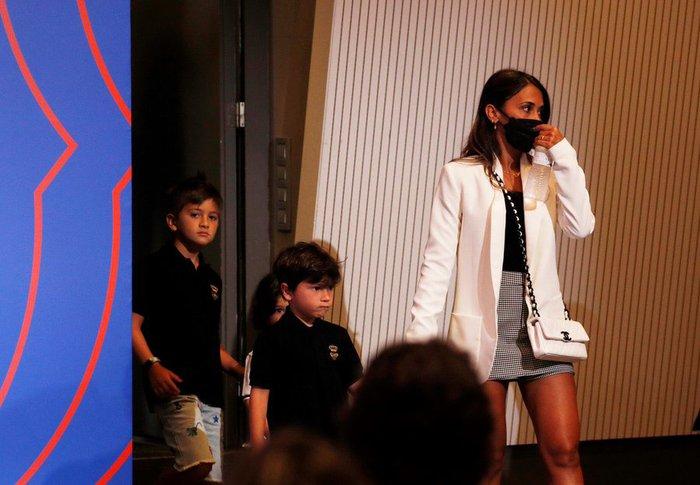Khi Messi đang nức nở vì không kìm được cảm xúc, bà xã bỗng có hành động cực tinh tế nhận về cơn mưa thả tim - Ảnh 2.