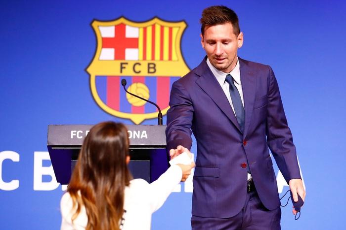 Khi Messi đang nức nở vì không kìm được cảm xúc, bà xã bỗng có hành động cực tinh tế nhận về cơn mưa thả tim - Ảnh 3.