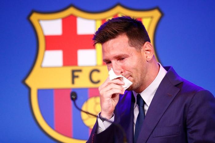 Khi Messi đang nức nở vì không kìm được cảm xúc, bà xã bỗng có hành động cực tinh tế nhận về cơn mưa thả tim - Ảnh 4.