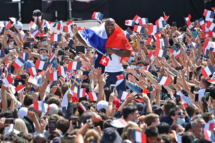 Ảnh: Pháp đón đăng cai Olympic 2024 hoành tráng trước Tháp Eiffel - Ảnh 2.