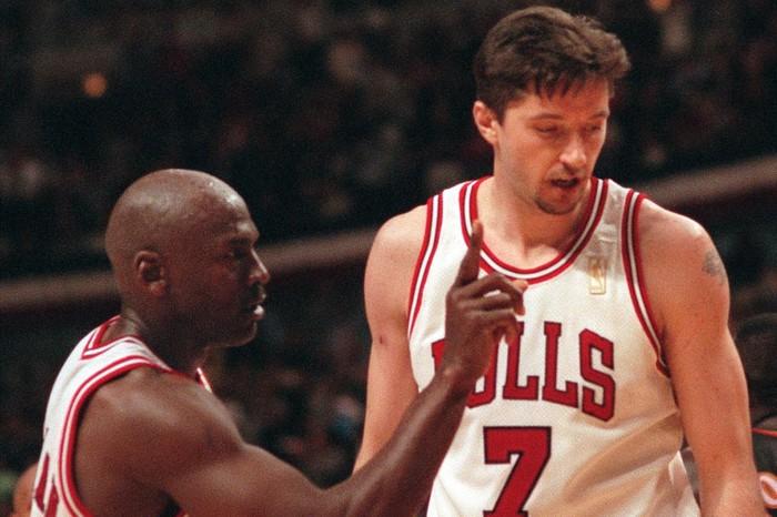 Huyền thoại Toni Kukoc tiết lộ Scottie Pippen là người đồng đội tuyệt vượt trên Michael Jordan - Ảnh 2.