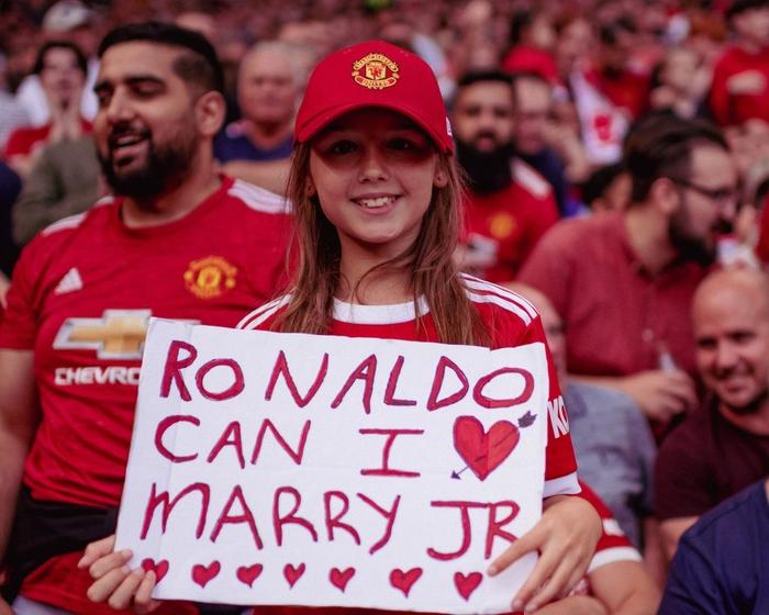 Fan nhí mặt dày xin hỏi cưới con trai của Ronaldo - Ảnh 1.