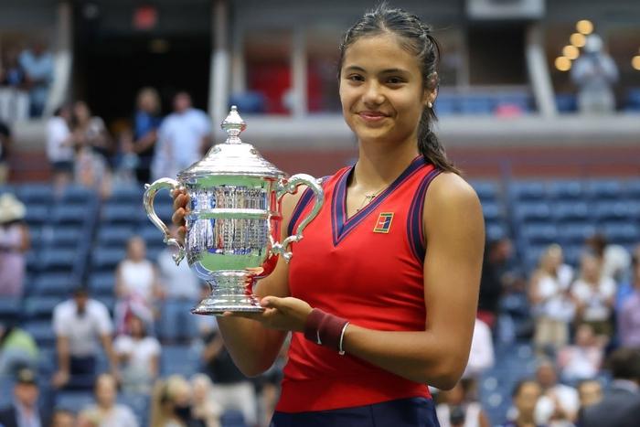Chiếm spotlight của Ronaldo, nữ tay vợt tuổi teen Raducanu khiến fan và truyền thông Anh phát cuồng khi vô địch US Open - Ảnh 2.