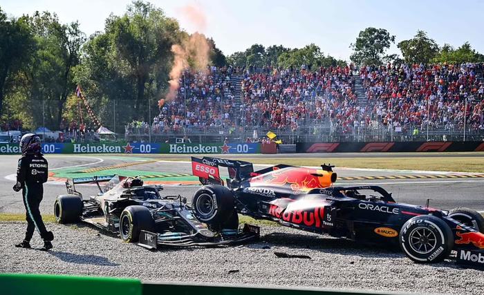 Tai nạn kinh hoàng: Hai tay đua cạnh tranh chức vô địch F1 húc nhau dữ dội, suýt gây ra thảm kịch - Ảnh 6.