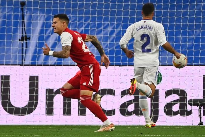 Real Madrid lên đỉnh BXH La Liga trong ngày trở lại Santiago Bernabeu sau 18 tháng - Ảnh 1.