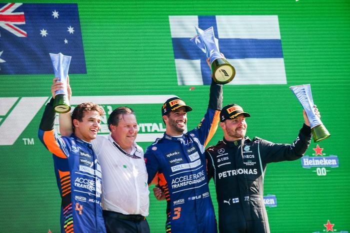Tai nạn kinh hoàng: Hai tay đua cạnh tranh chức vô địch F1 húc nhau dữ dội, suýt gây ra thảm kịch - Ảnh 11.