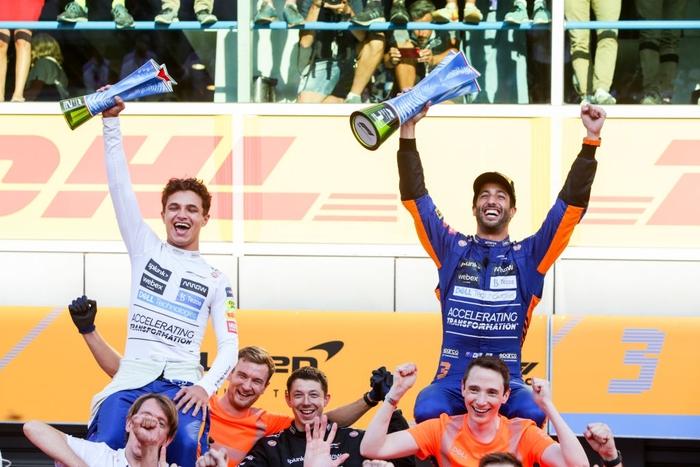Tai nạn kinh hoàng: Hai tay đua cạnh tranh chức vô địch F1 húc nhau dữ dội, suýt gây ra thảm kịch - Ảnh 10.