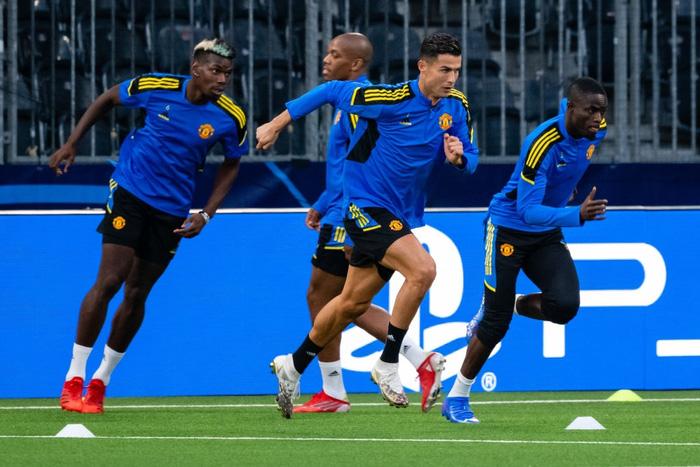 Đồng đội dán mắt theo dõi Ronaldo trình diễn skill trước trận đánh tiếp theo của MU ở Champions League - Ảnh 8.