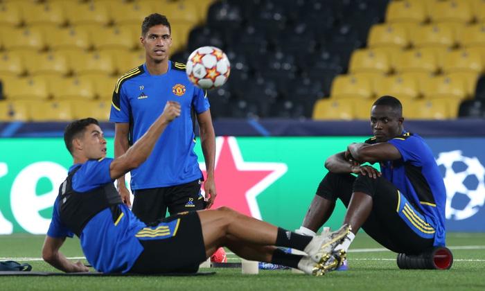 Đồng đội dán mắt theo dõi Ronaldo trình diễn skill trước trận đánh tiếp theo của MU ở Champions League - Ảnh 4.