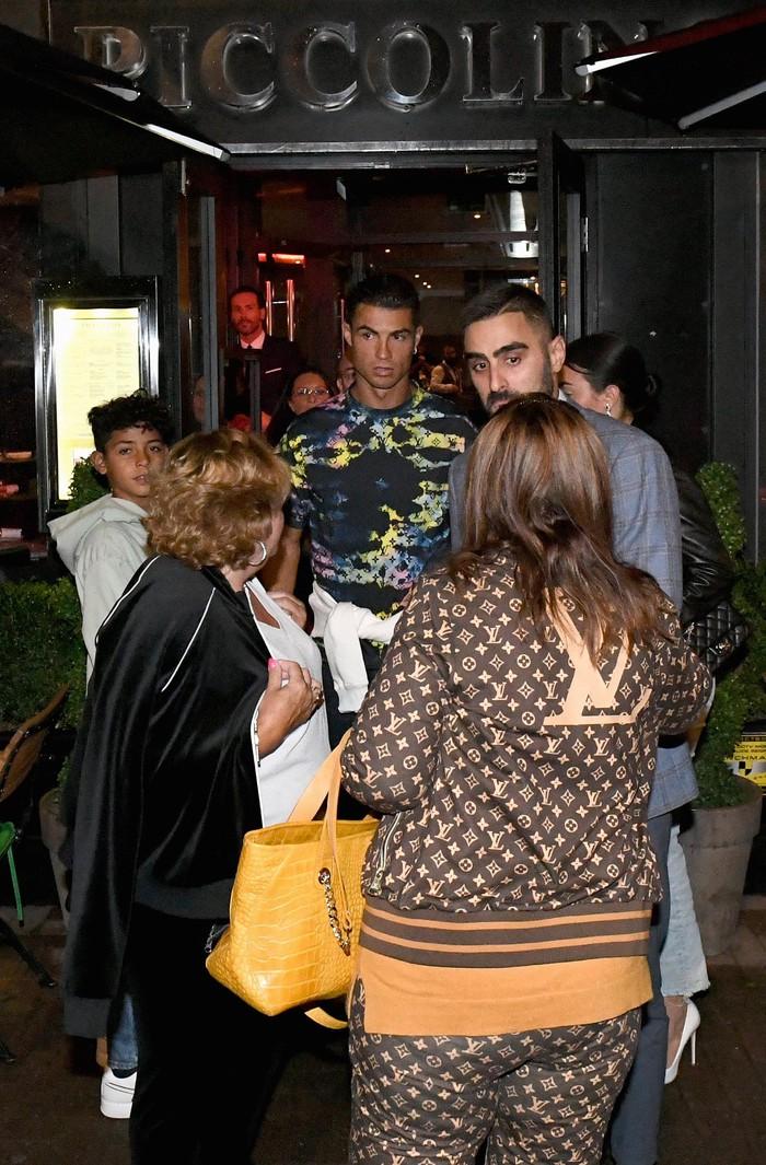 Ronaldo và bạn gái đưa mẹ Dolores đi ăn mừng màn ra mắt MU hoàn hảo - ảnh 1